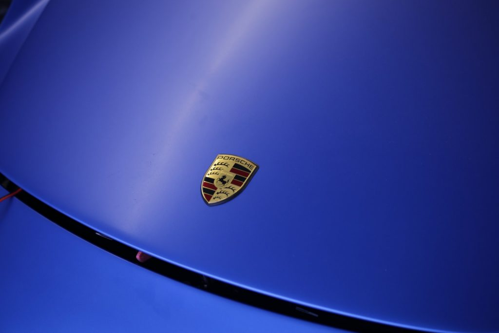 Auto folieren Carwrapping Porsche 911 in 3M matt Blau metalic Motorhaube