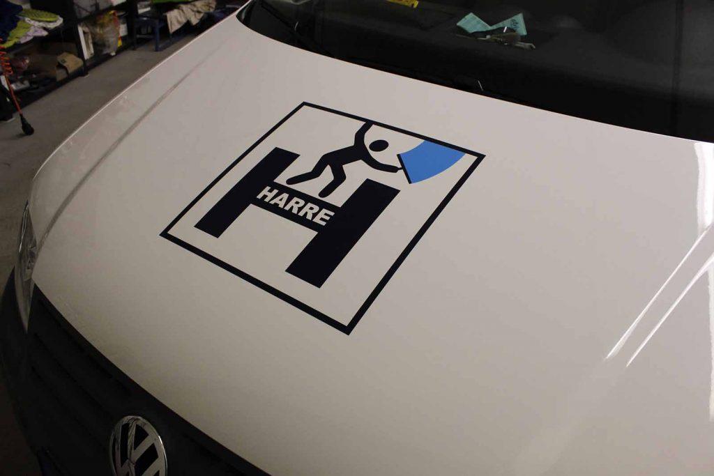 Fahrzeugwerbung, Autowerbung, Fahrzeugbeschriftung, VW Caddy Motorhaube mit Firmenlogo
