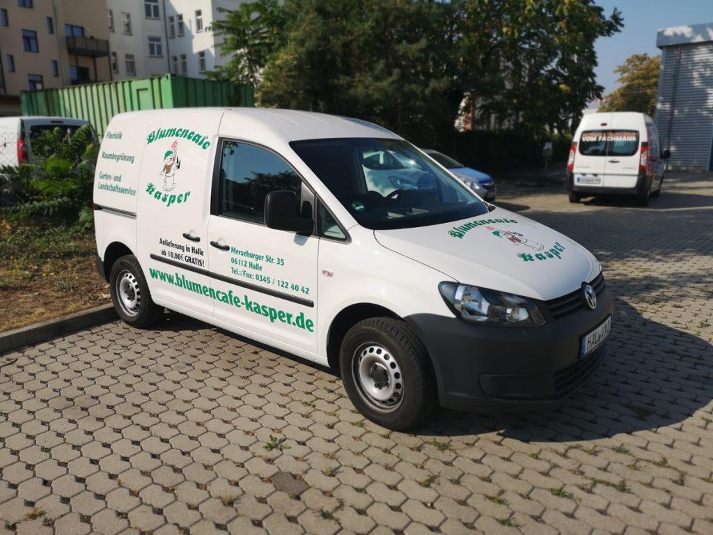Auto folieren, Autofolierung, Fahrzeugwerbung, Autowerbung weisser VW Caddy Blumencafe Kasper Halle
