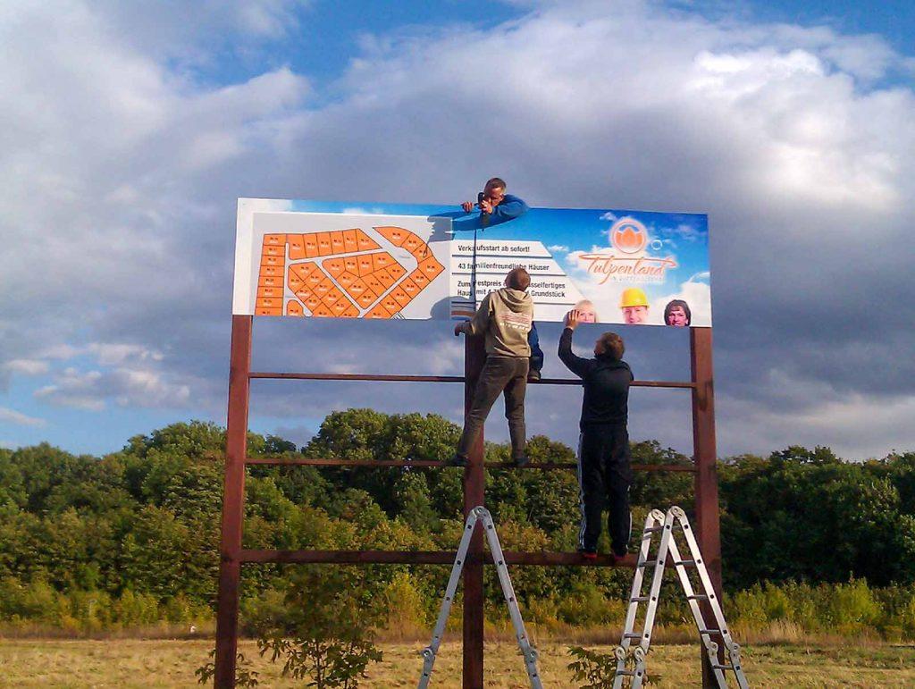 Banner druck, Werbebanner drucken, Werbebanner für ein Baugebiet während der Montage