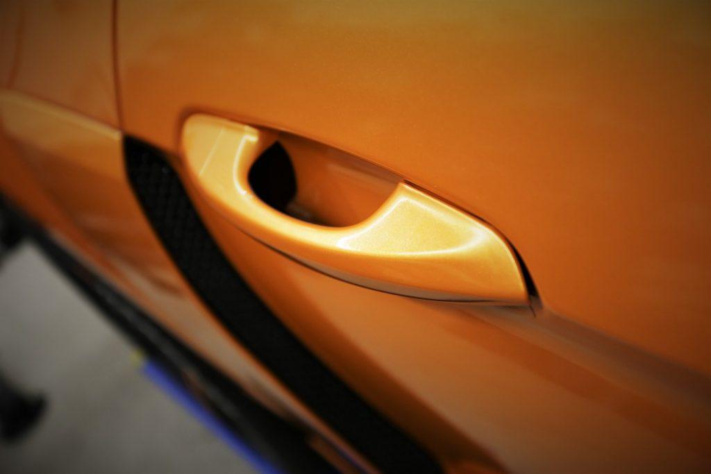 Auto folieren, Autofolierung, Fahrzeug Vollfolierung, Carwrapping Ford Mustang Tür und Griff in oracal 970 Mandarien Gold