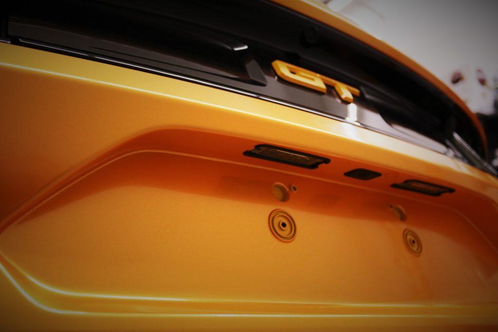 Auto folieren, Autofolierung, Fahrzeug Vollfolierung, Carwrapping Ford Mustang Heck in oracal 970 Mandarien Gold